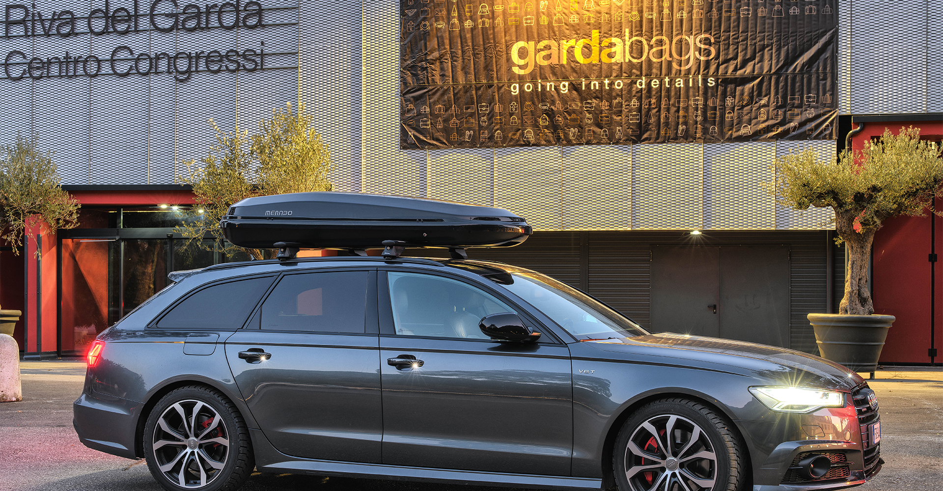 Roof cargo boxes